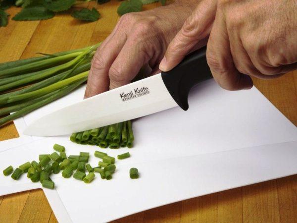 Выбирая керамические ножи следует особое внимание обратить на эргономичность рукоятки, её материал и поверхность, что обеспечит не только их долговечность, надежность, но и удобство, и безопасность