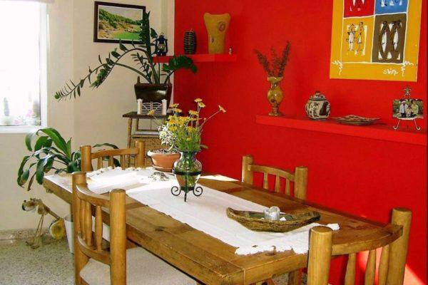 Деревенский стол и стулья станут дополнением для кухни, декорированной в мексиканском стиле. На стулья можно положить декоративные подушки