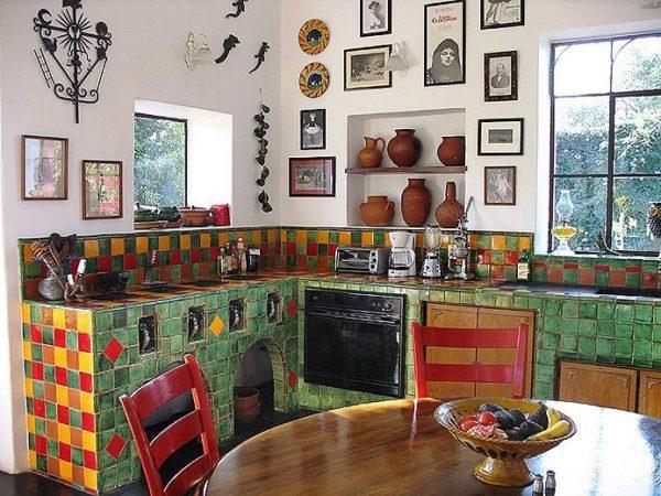 Глиняная разноцветная посуда станет отличным декором на мексиканской кухне