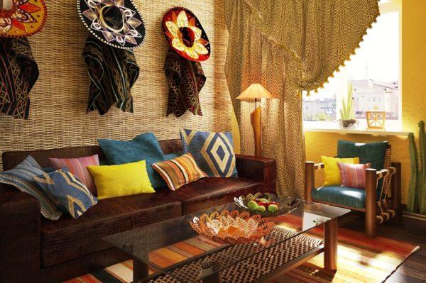 На мексиканской кухне, с достаточным пространством, размещают диван и несколько стульев, обтянутые темной красно-коричневой кожей