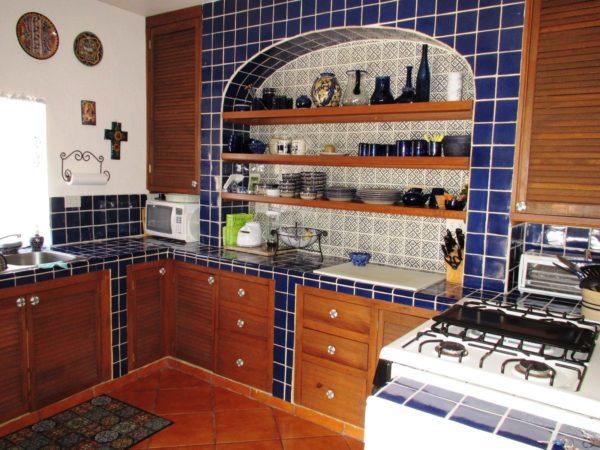 Открытые полки с посудой - отличительная черта мексиканского стиля