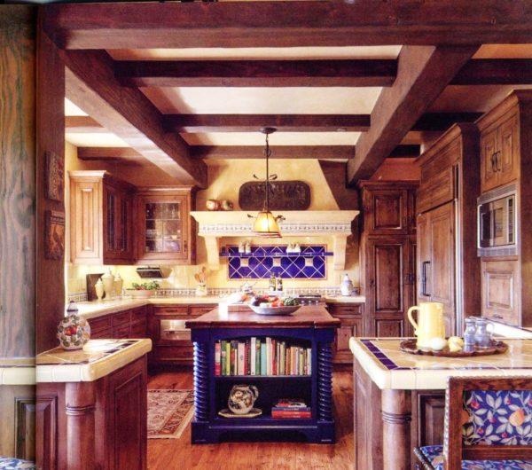 Конечно же, в настоящем мексиканском стиле должен быть потолок из деревянных балок, но в малогабаритной кухне не всегда это представляется возможным