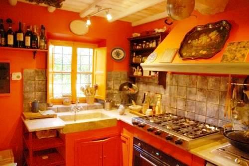 Окна со ставнями - то что нужно для кухни в мексиканском стиле