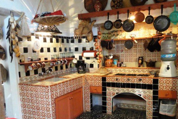 Посуда и аксессуары из ротанга и тростника до сих пор популярны - это и плетеные вазы, и коробки, и тарелки. Именно они станут окончательным декоративным элементом для создания интерьера кухни в мексиканском стиле