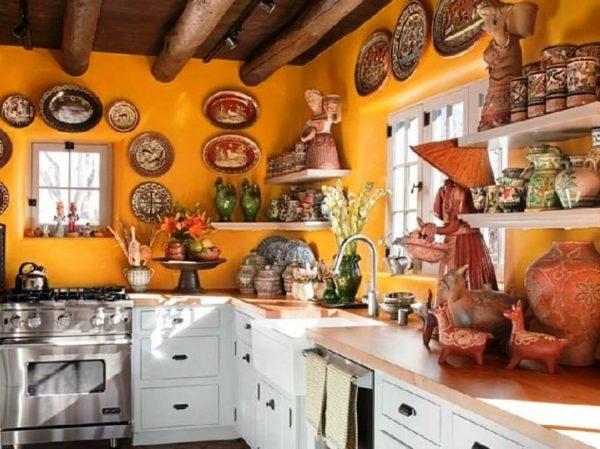 Чтобы кухня выглядела так, словно над ее созданием работал профессиональный дизайнер, разбавьте декор раскрашенными гончарными изделиями ручной работы