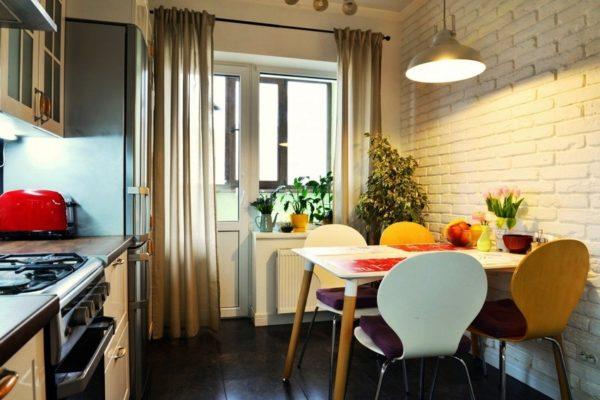 Все, что вам нужно для семейного ужина – это несколько табуреток или стульев из гостиной. Таким образом, у вас появится небольшая столовая прямо посредине кухни