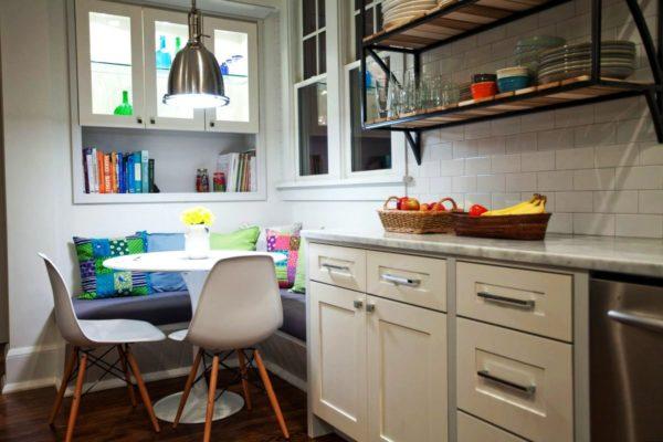 Дивани в обеденной зоне на маленькой кухне 2