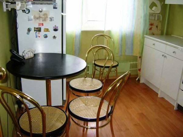 Французское бистро на дому - это небольшой круглый столик с деревянной столешницей, стоящий у окна и пара дизайнерских стульев на высоких ножках — один из самых популярных мебельных трендов для маленьких кухонь