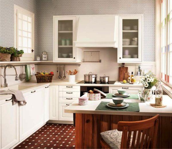 Квадратный стол должен гармонично вписываться в обеденное пространство малогабаритной кухни