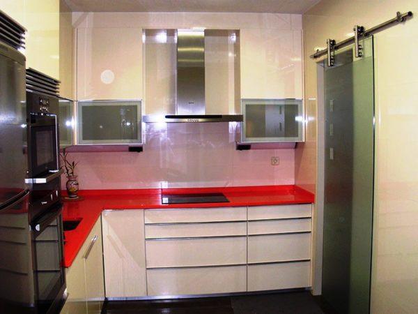 Стеклянные двери на маленькой кухне