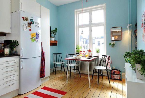 На этом фото белая мебель и голубые стены, но при желании, можно подобрать любой оттенок для декора стен