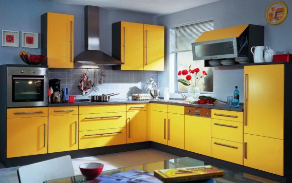 Гармоничное сочетание серого и желтого цвета в интерьере кухни