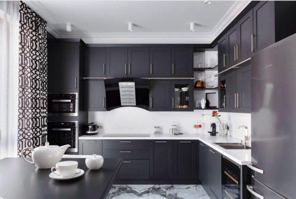 Контрастное сочетание мебели,, стен и потолка - интересное дизайнерское решение
