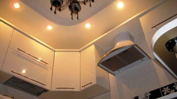 Декор потолка на кухне 1