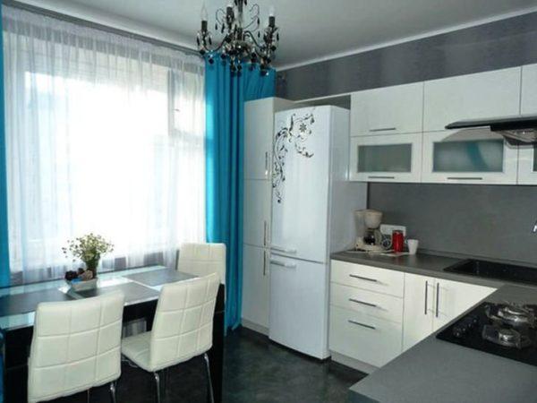 Еще один пример использования серого цвета для декора стен, в сочетании с белым и голубым - получилось светлое объемное помещение