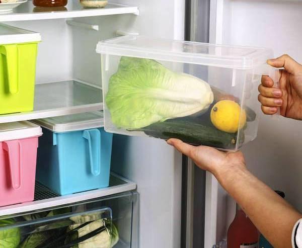 Чтобы лук и лимон не высыхали — их удобно хранить вот в таких контейнерах в холодильнике