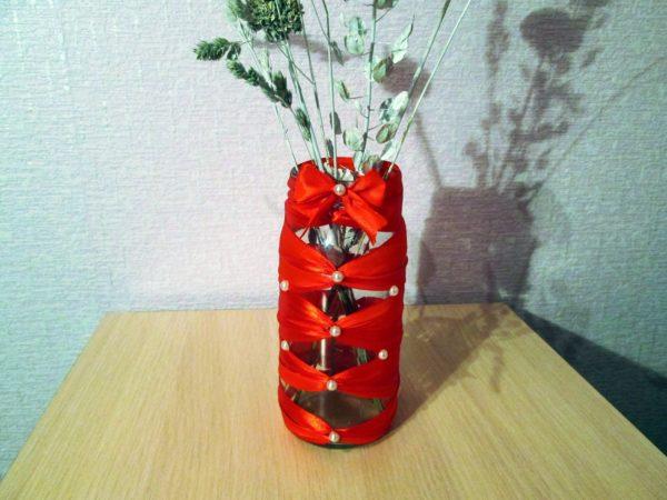 Украсили бутылочку клейкой лентой — превратили в вазочку