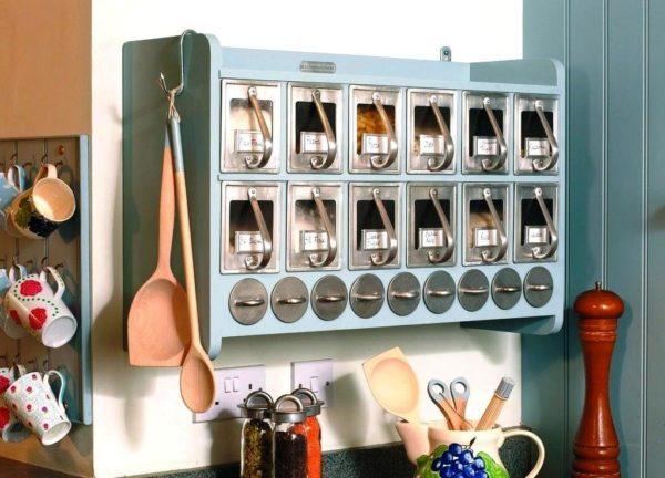 А вот практичное решение для угла кухни в котором можно хранить дополнительные кухонные принадлежности