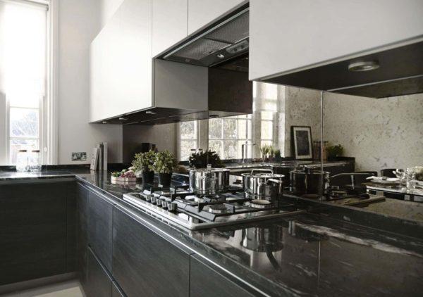 Зеркальный фартук визуально увеличит небольшое пространство кухни