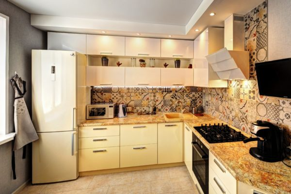 Для оформления интерьера небольшой кухни лучше всего подходят светлые тона