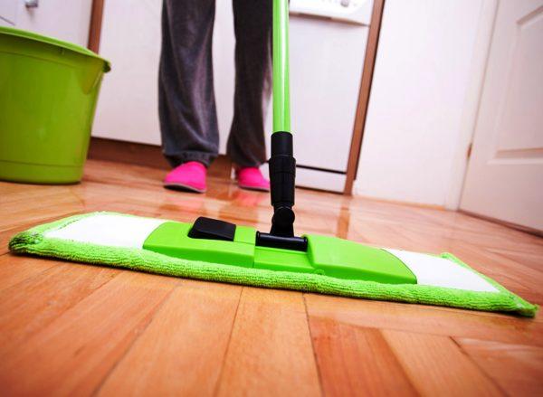 Всё это говорит о том, что уборка дома и уход за паркетным полом заключаются в протирке поверхности влажной тряпкой