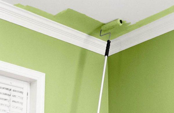 Окрашивание потолка с помощью валика