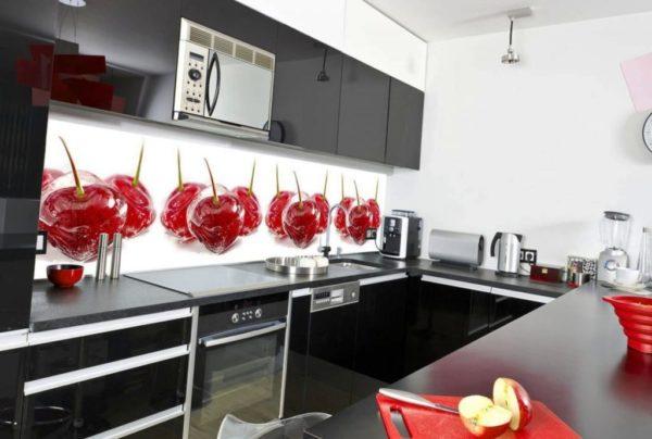 Стеклянные панели выглядят изыскано и подойдут для дорогих вариантов дизайна кухни