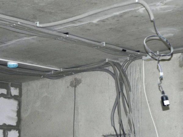 Желательно, что провода были уложены в гофрированные пластиковые трубы и закрыты кафелем или другим отделочным материалом