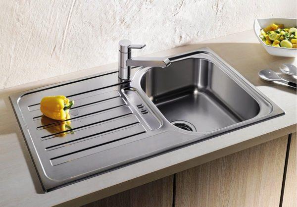 Раковину рекомендуется подбирать с ушками из стали, чтобы процесс мытья посуды был удобнее