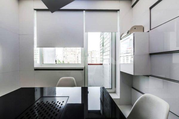 Рулонные шторы на кухне с балконом в стиле минимализм