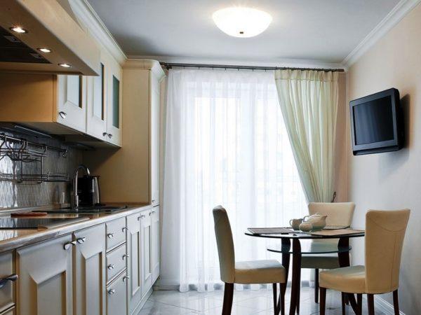 Легкие ткани с добавлением синтетики больше всего подходят для кухни с балконом