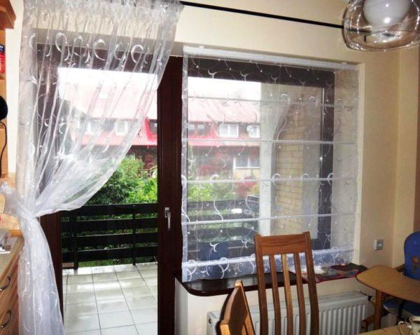 Для кухни с балконом оптимальны прозрачные, легкие шторы