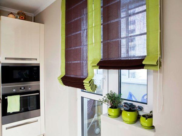 Рулонные шторы - один из подходящих вариантов для кухни с балконной дверью
