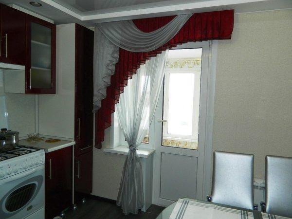 Однотонные шторы могут быть очень удачно скомбинированы с цветным ламбрекеном, либо прихватами