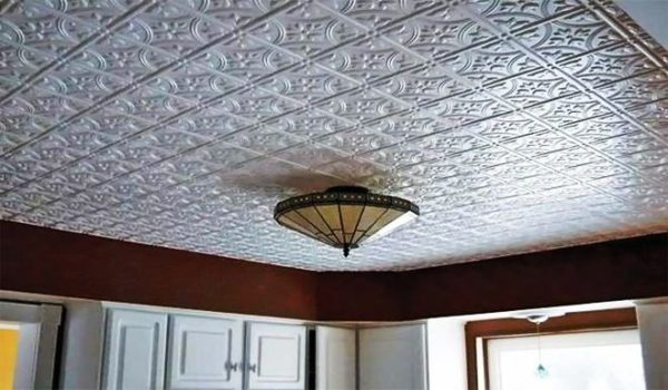 Кроме того, дорогую экструзионную плитку можно мыть – это особенно важно, если ею отделывается потолок на кухне, где испарения и продукты горения оседают на всех поверхностях