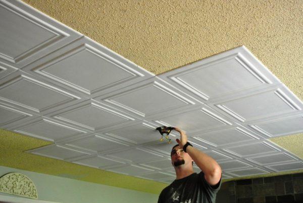 Монтаж потолочной плитки можно выполнить самостоятельно, даже без опыта работы