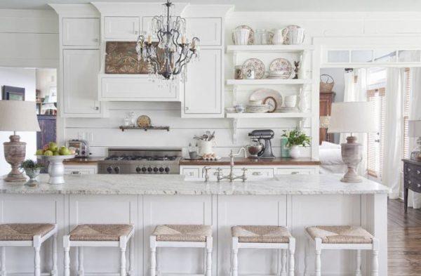 фото: интерьер кухни в белом цвете