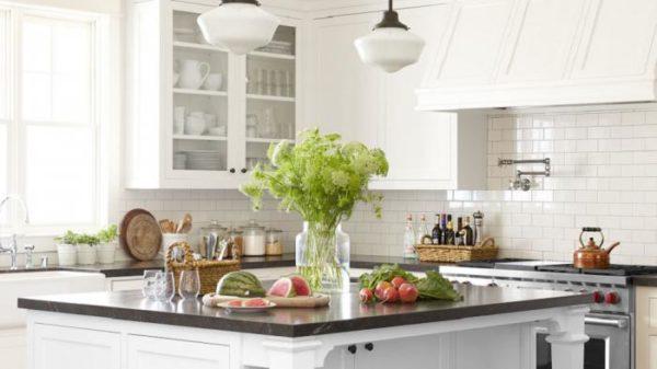 Преимущество интерьеров кухни в белом цвете