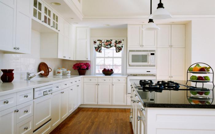 Кухонный пол в кухне с белыс дизайном
