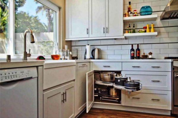 Угловая кухня с окном 3