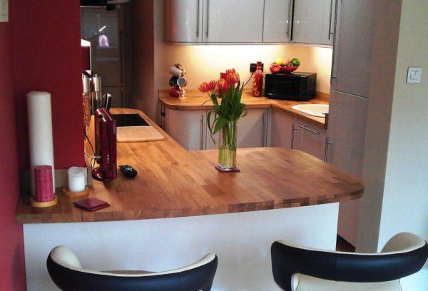 Дизайн угловой кухни с барной стойкой 2