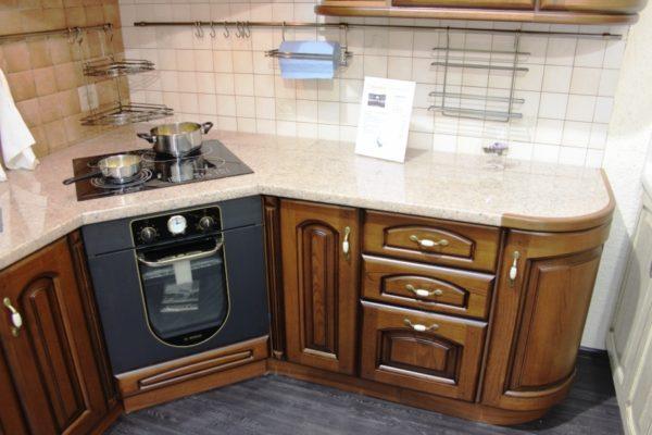Иногда плиту устанавливают вместо угловой секции, но ни в коем случае не рядом с ней – возникнут трудности с открыванием духовки