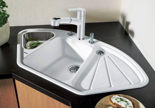Такая раковина позволяет одновременно мыть посуду и продукты, не занимая дополнительно рабочую поверхность