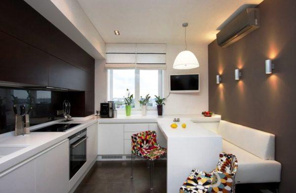 Мягкие уголки отлично дополняют Г-образный гарнитур, располагаясь по диагонали от него, в другом конце кухни