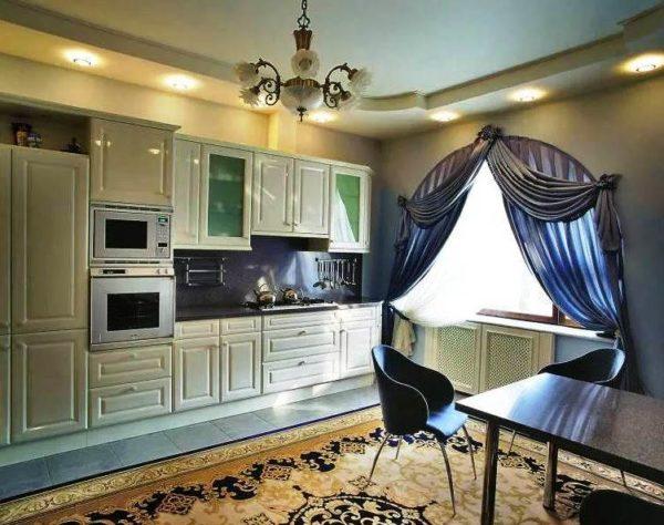 Круглые или арочные окна задрапируйте разными видами штор
