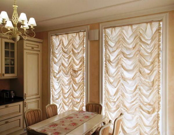Классические французские шторы на кухне