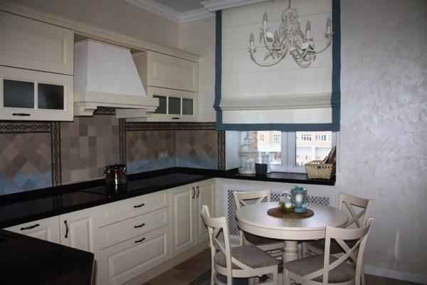 Римские шторы - очень удобный вариант для кухни