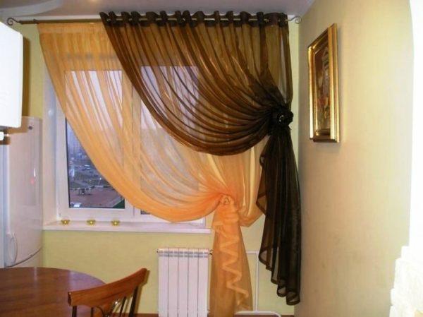 Для штор на кухню выбирают легкие, натуральные и синтетические ткани, которые легки в уходе.