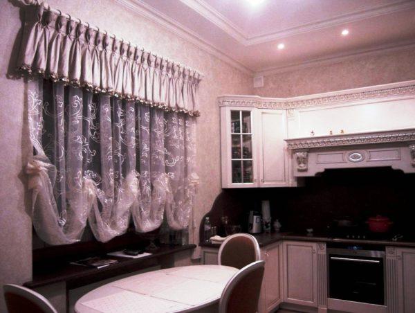 Шторы с ламбрекеном на кухне 2