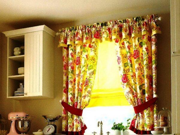 К маленьким окнам лучше подойдут шторы с ламбрекеном или жалюзи, потому что они увеличивают такие окна визуально